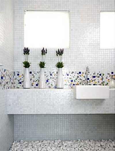 Banheiros Decorados com Pastilhas de Vidro  Como Fazer -> Banheiro Com Pastilha De Vidro Branca