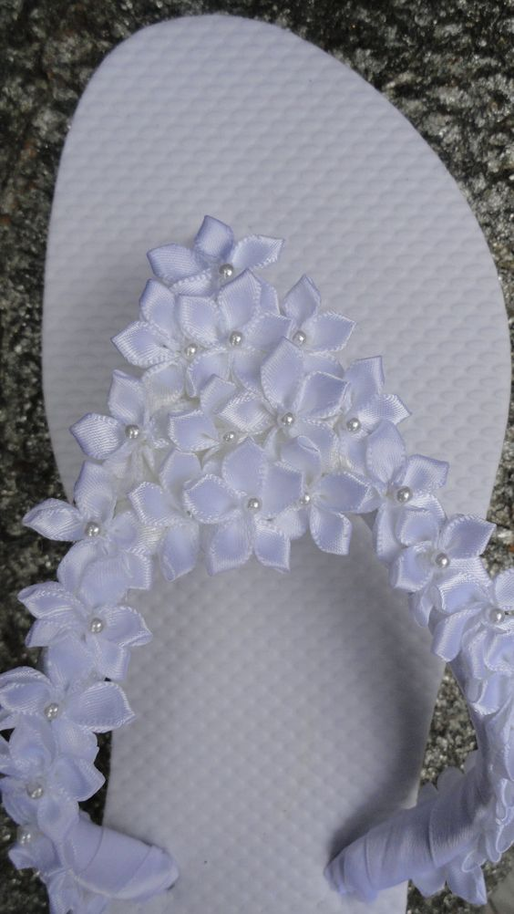 Chinelos decorados com fitas