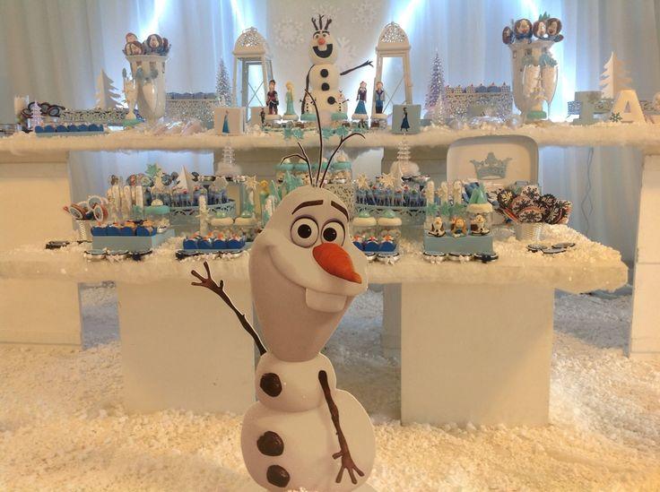 Decoração Frozen a mesa do bolo e o painel
